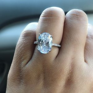 Jewelry - GORGEOUS OVAL CUT ENGAGEMENT RING